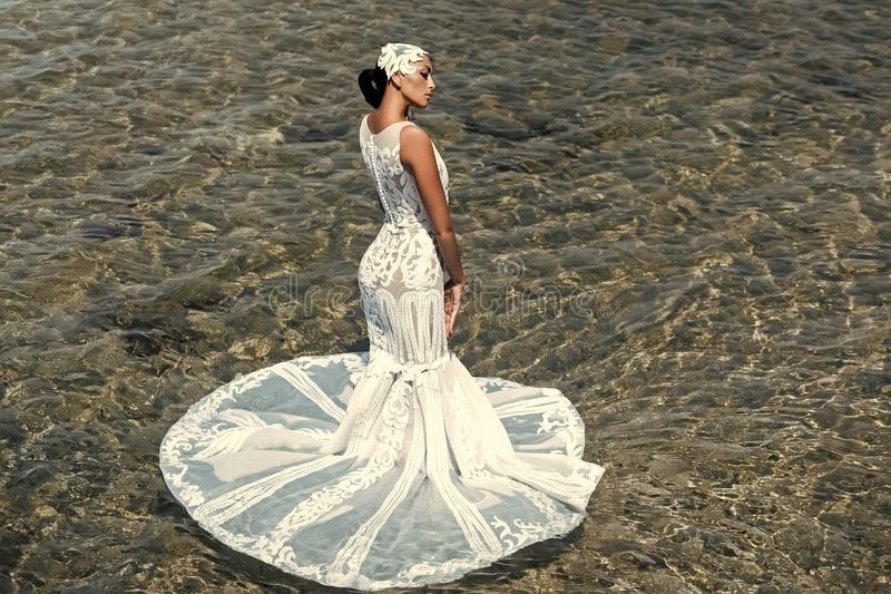 Brunette in Witte huwelijksKleding Vrouwelijk manier, schoonheid en reclameconcept Bruid op zonnige de zomerdag op zeegezicht stock afbeelding