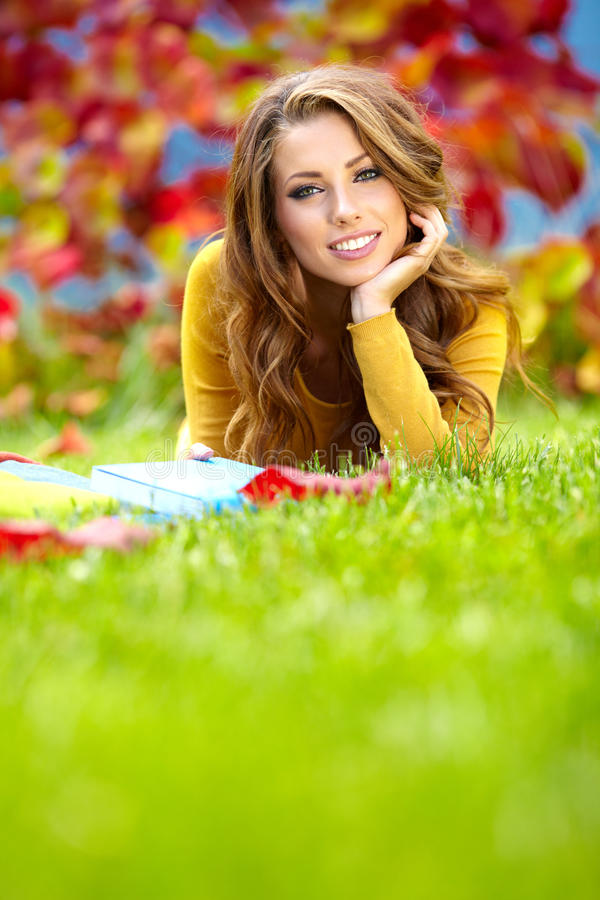 Free Brunette Woman Reading A Book Stock Photography - 26517242