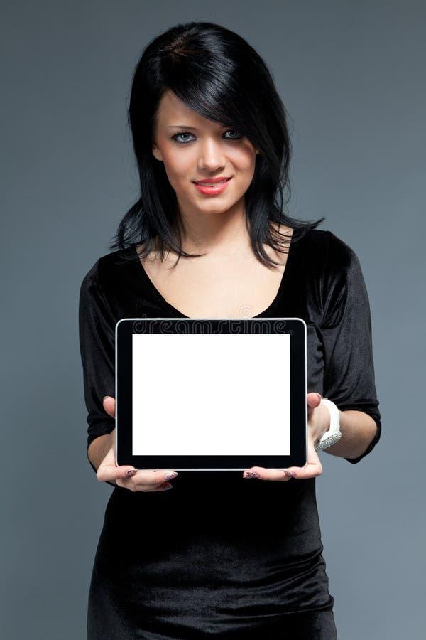 Brunette y dispositivo de pista de tacto con la pantalla en blanco fotos de archivo