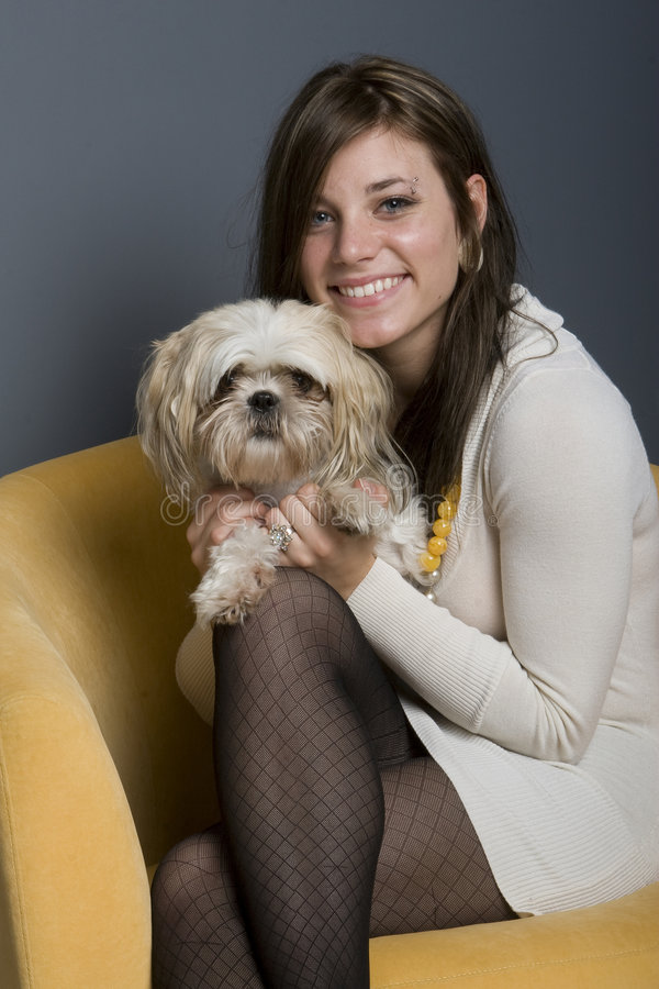 Brunette y perro hermosos fotografía de archivo libre de regalías