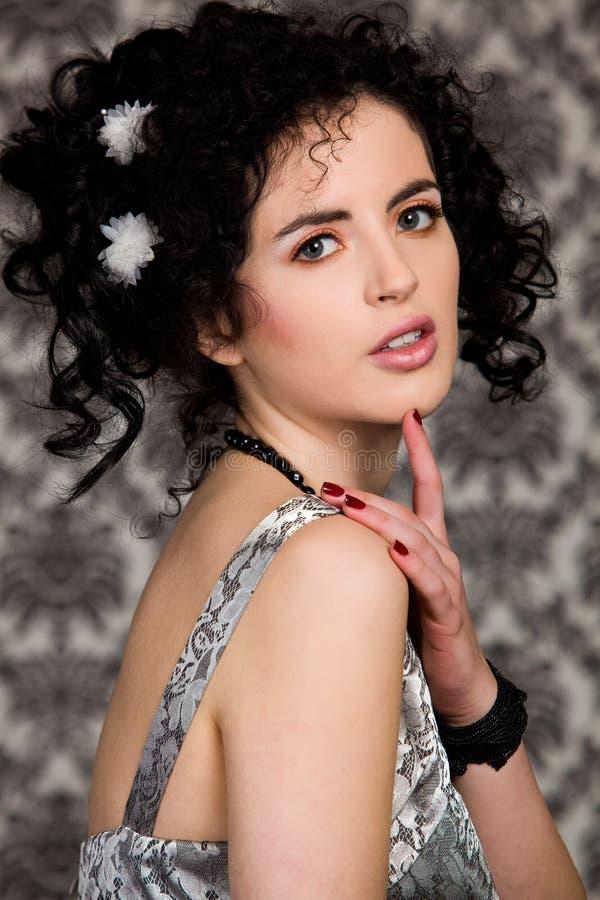 Brunettebaumuster mit weißen Blumen im Haar lizenzfreie stockfotos
