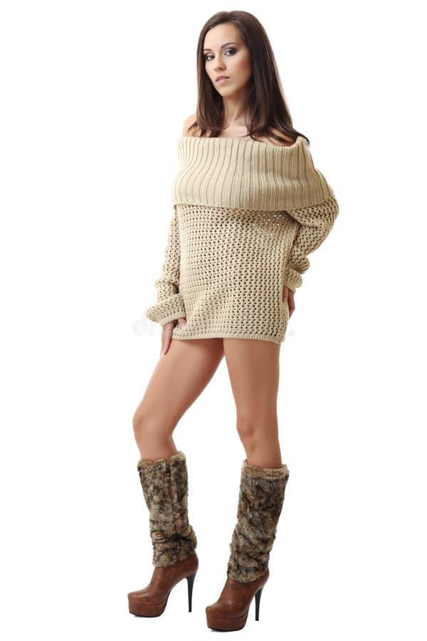 Brunettedame, die im reizvollen Pullover aufwirft lizenzfreie stockfotografie