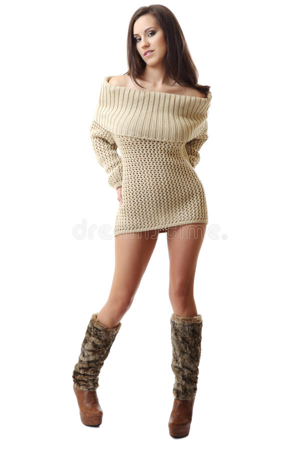 Brunettefrau, die in der reizvollen Kleidung aufwirft stockbild