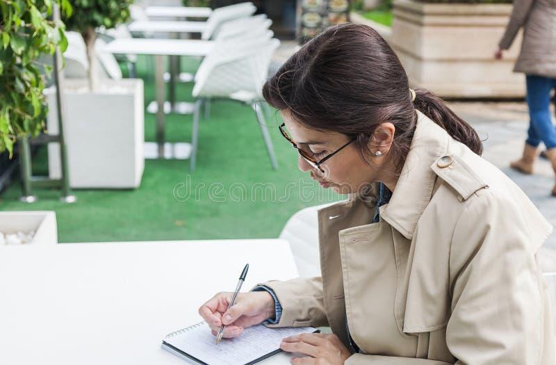 Brunettefrau, die draußen arbeitet stockbilder