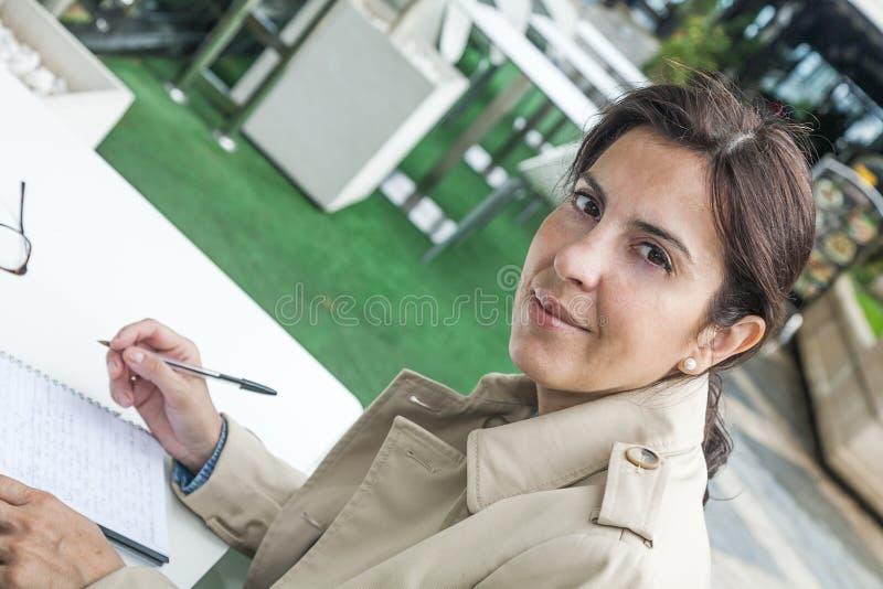 Brunettefrau, die draußen arbeitet lizenzfreies stockfoto
