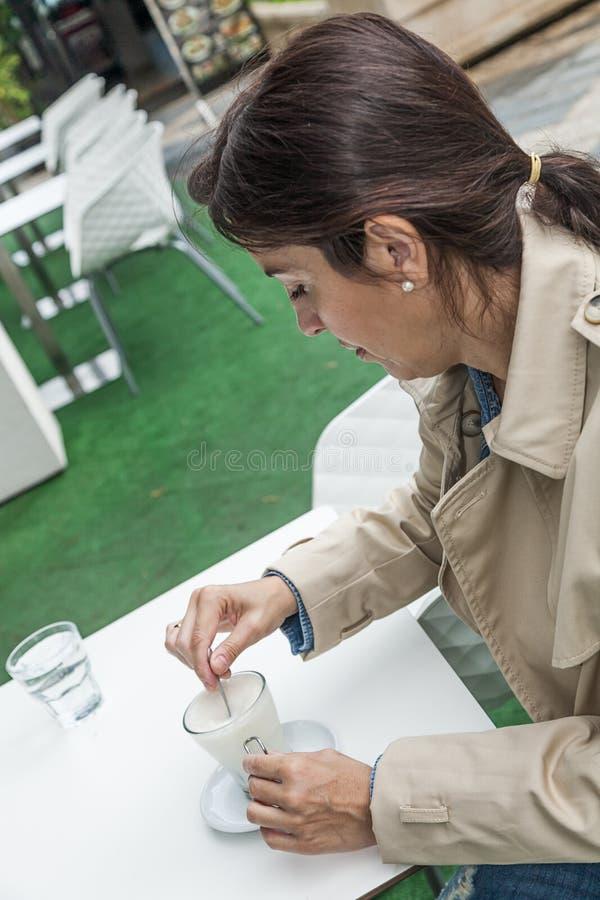 Brunettefrau, die draußen arbeitet stockbild