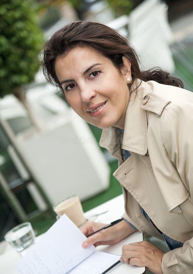 Brunettefrau, die draußen arbeitet stockfotografie