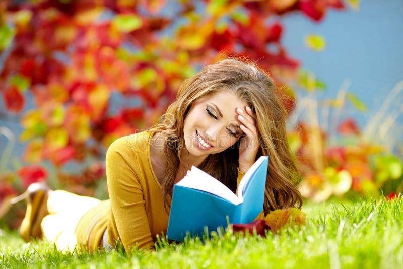 Brunettefrau, die ein Buch liest lizenzfreie stockfotos