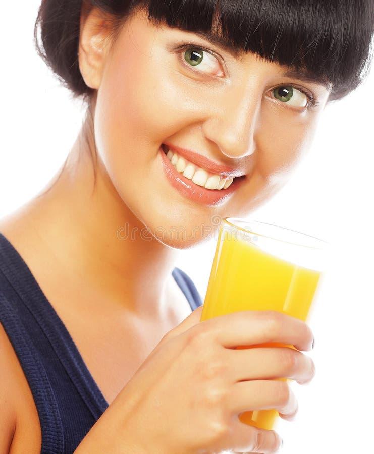Brunettefrau, die Orangensaft hält stockbilder