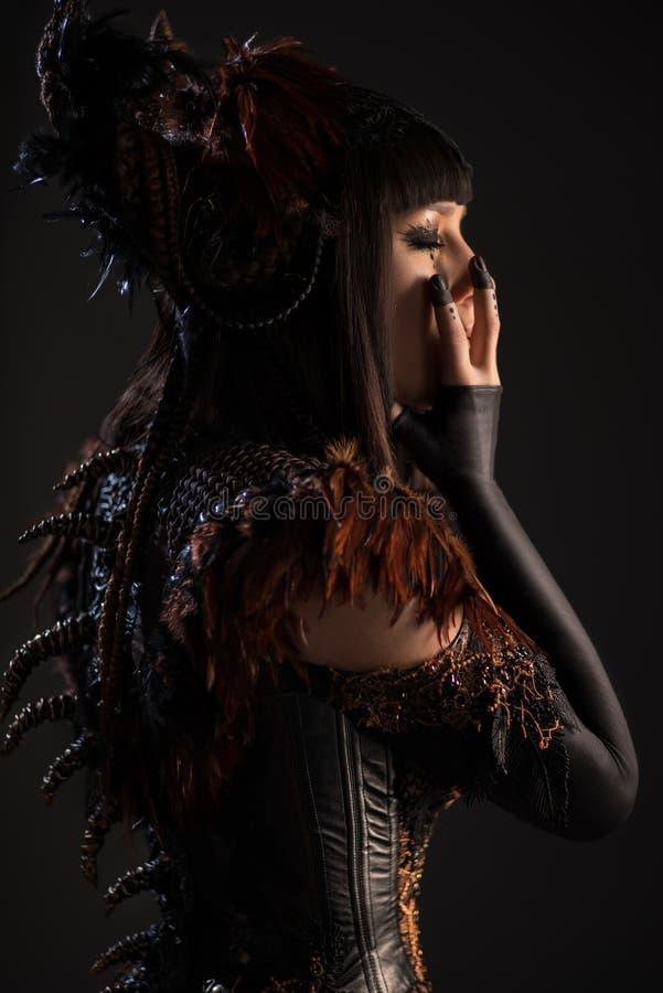 Brunettefrau in gotischem steampunk Kleid stockfoto