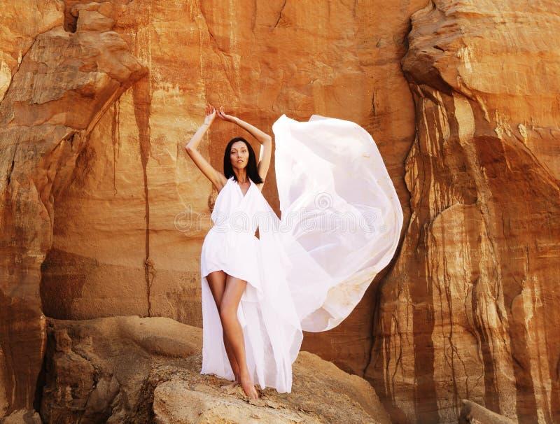 Brunettefrau im weißen Kleid stockfotos