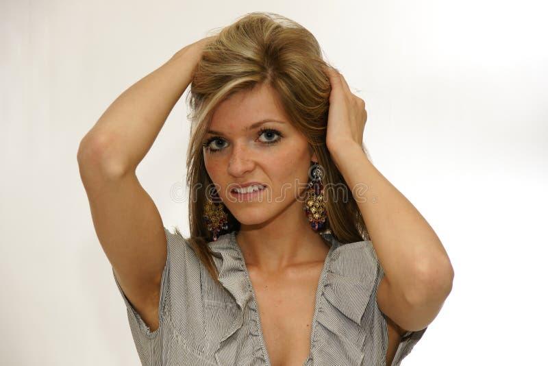 Brunettefrau mit blauen Augen außen bilden lizenzfreie stockfotografie