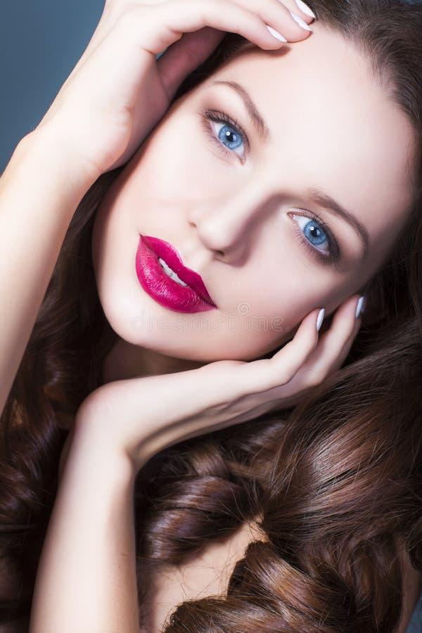 brunettefrau mit kreativem bilden volle rote lippen der. Black Bedroom Furniture Sets. Home Design Ideas