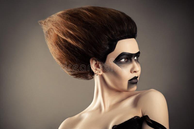 Brunettefrau mit Modefrisur und kreativem dunklem Make-up stockfotografie