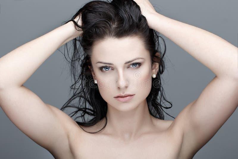 Brunettefrau mit nasser Haarschönheit lizenzfreies stockfoto