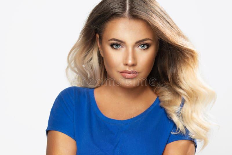 Brunettefrauenabnutzungs-Pastellbadebekleidung lizenzfreies stockbild