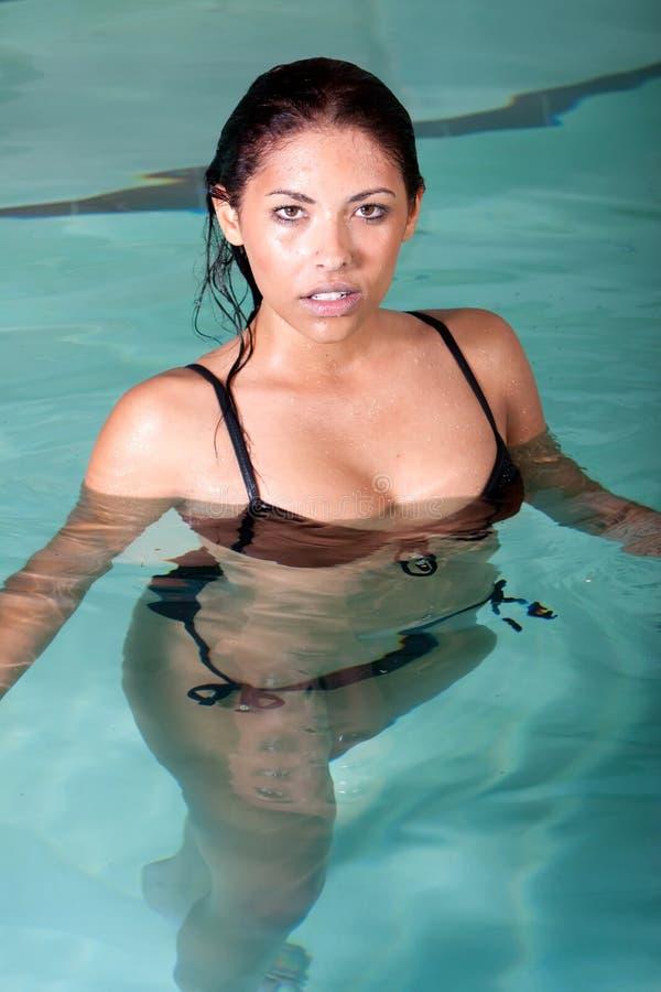 Brunettefrauenschwimmen lizenzfreie stockfotos