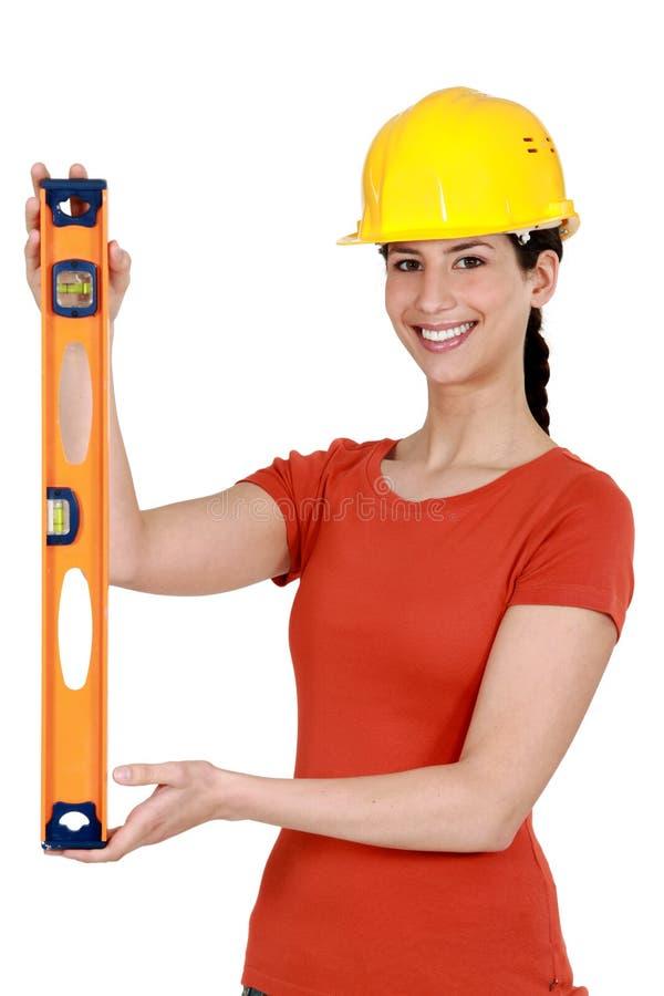 Brunettefunktion als Handwerkerin lizenzfreies stockbild