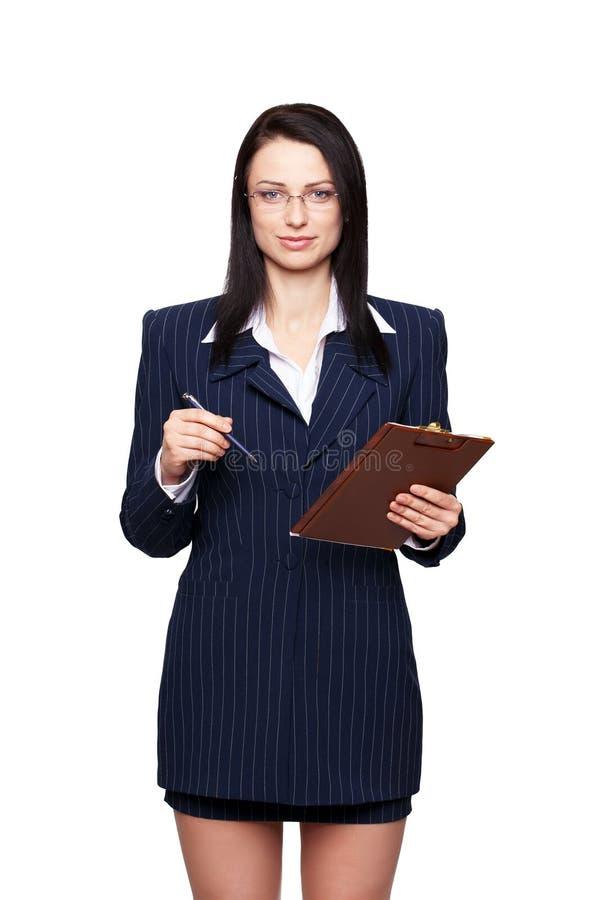 Brunettegeschäftsfrau mit dem Klemmbrett lokalisiert lizenzfreie stockfotos