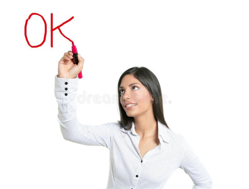 Brunettegeschäftsfrau-Schreibenswort O.K. lizenzfreies stockbild