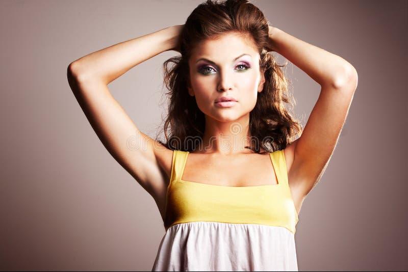 Brunettemädchen, das im Studio aufwirft stockfotografie
