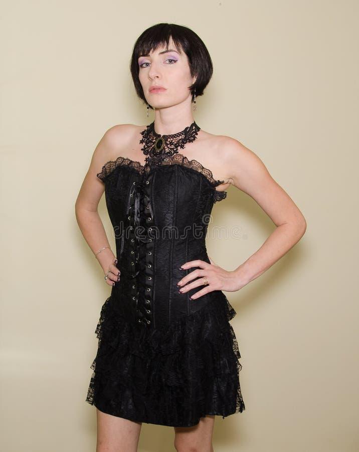 Brunettemädchen im gotischen dunklen Kleid lizenzfreies stockbild