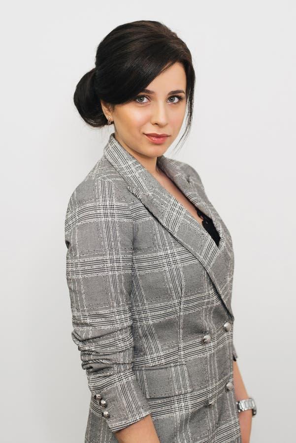 Brunettemädchen Minister für kaukasischem Auftritt im Anzug lizenzfreies stockbild