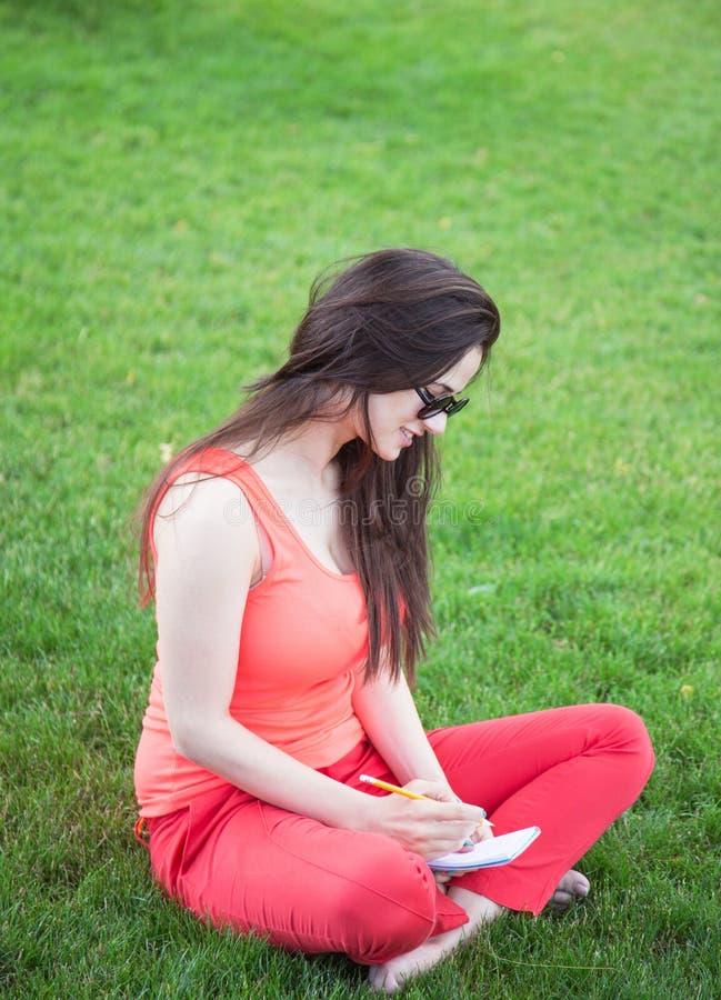 Brunettemädchen mit Notizbuch lizenzfreies stockfoto