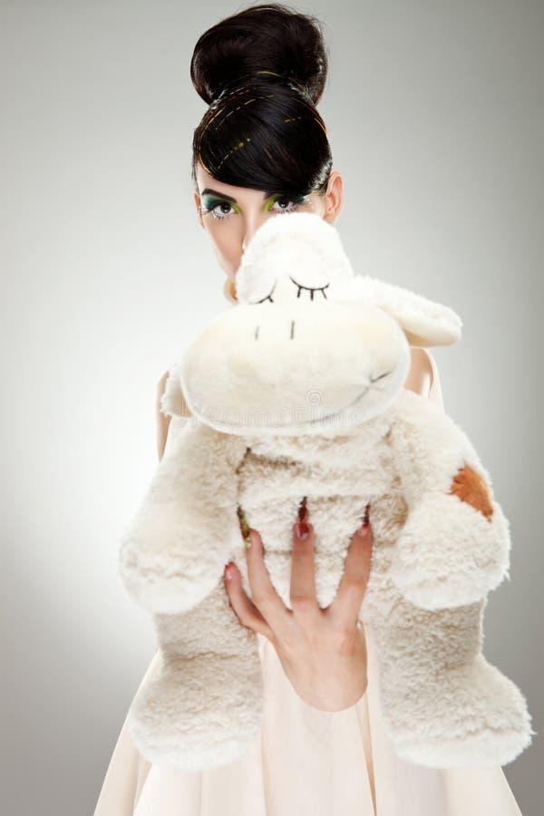 Brunettemädchen mit Teddybären lizenzfreies stockbild