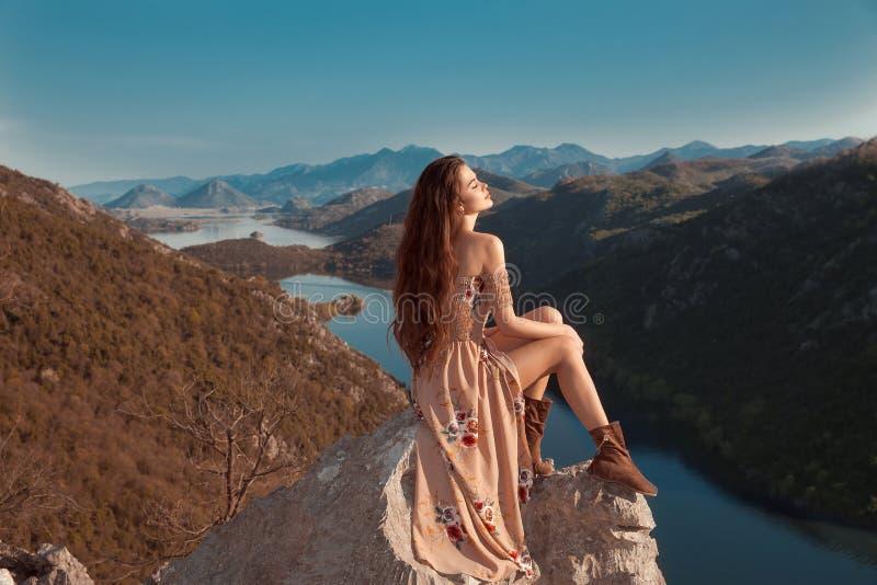 Brunettemädchentourist in der beige Kleiderbesichtigung von Rijeka Crnoj lizenzfreie stockfotografie