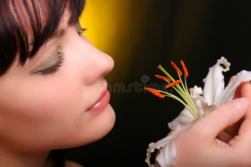 brunetten blommar liljawhite royaltyfria bilder
