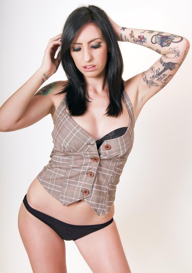 brunetten tatuerar kvinnabarn royaltyfri bild