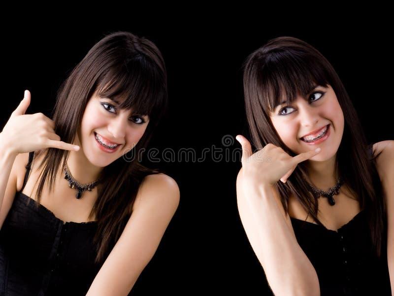 Brunettes avec des brides sur dents appelle image stock