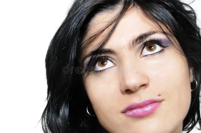 Brunetteschönheit, die oben schaut lizenzfreies stockfoto