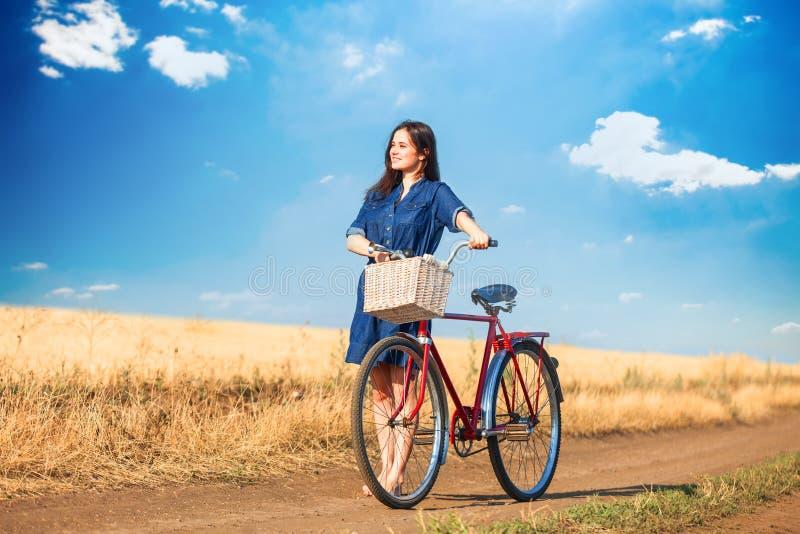 Brunettflicka med bycicle fotografering för bildbyråer