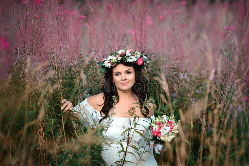 Brunettflicka med en blom- krans royaltyfria foton