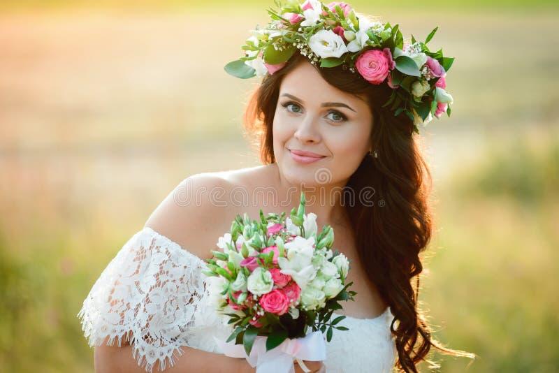 Brunettflicka med en blom- krans arkivbild