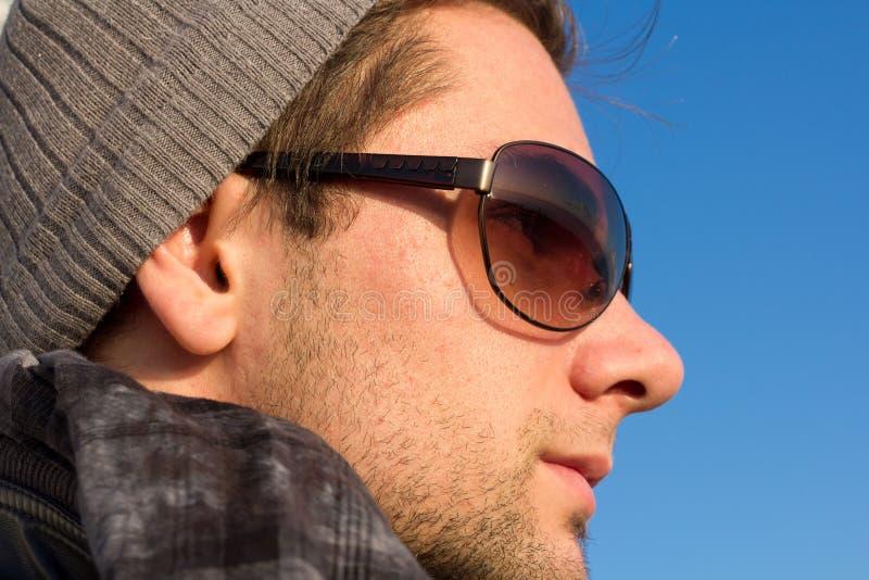 brunetthatt som ser mansolglasögon arkivfoton