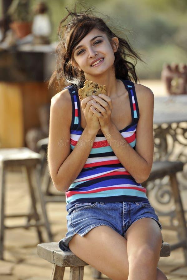 brunettkaka som äter barn royaltyfri foto