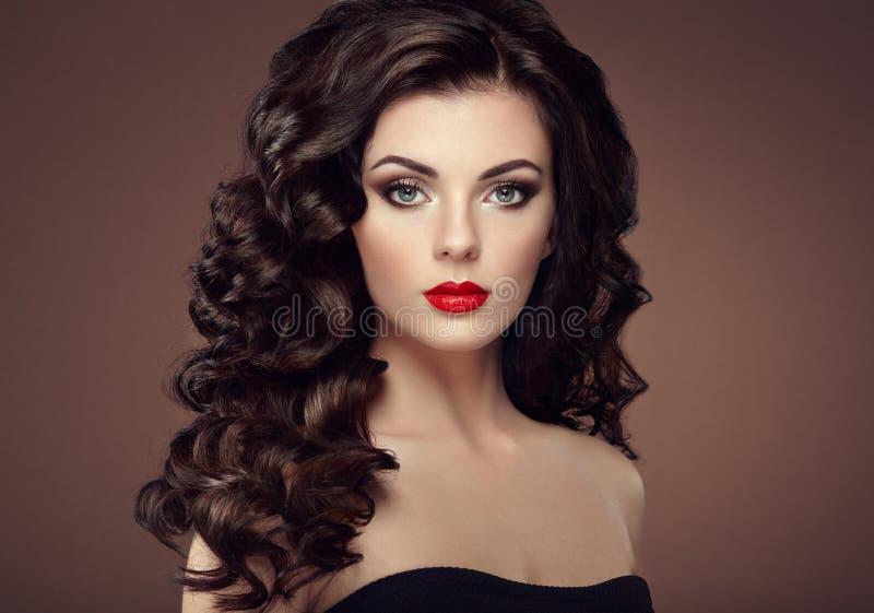 Brunettkvinna med den lockiga frisyren royaltyfri bild