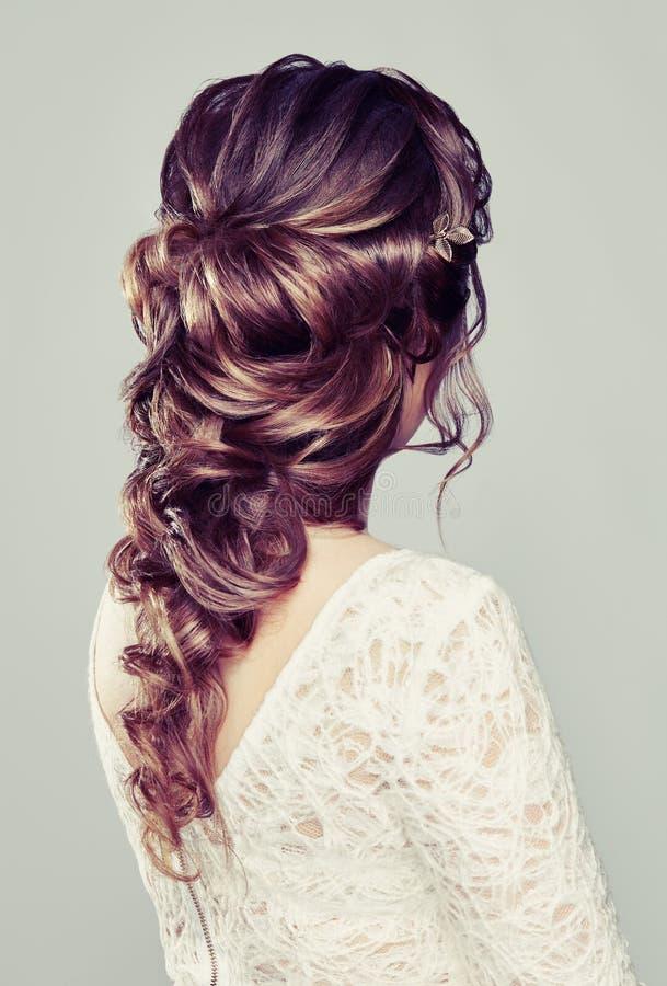 Brunettkvinna med långt och skinande lockigt hår arkivbild