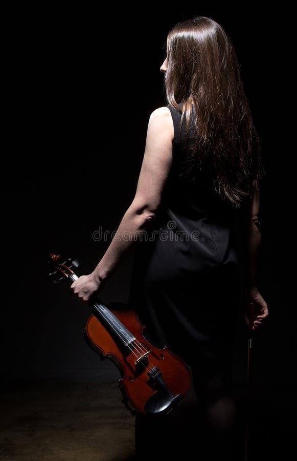 Brunettkvinna med lurendrejeri från baksida fotografering för bildbyråer