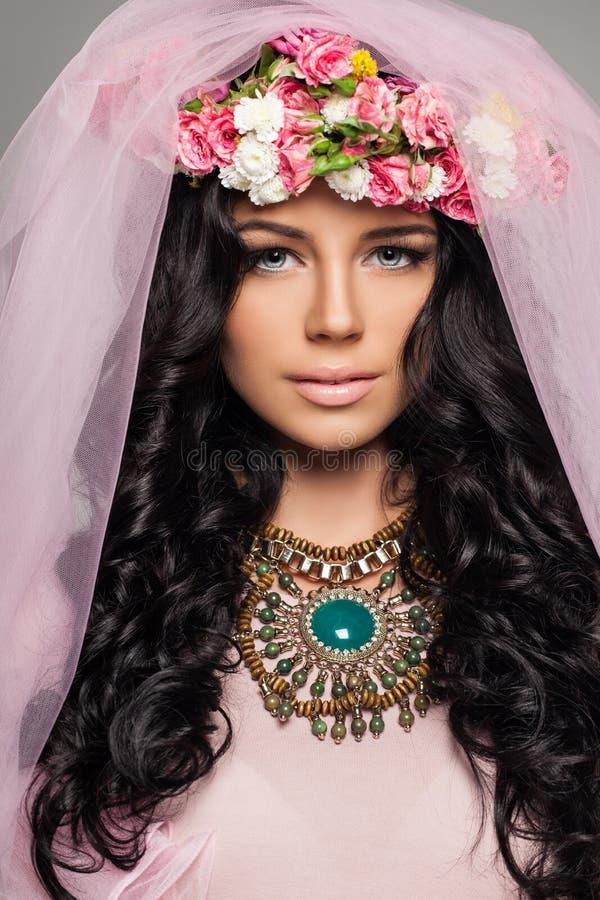 Brunettkvinna med sunt lockigt hår royaltyfri fotografi