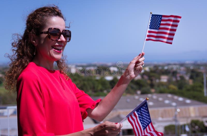 Brunettkvinna med USA nationsflaggahanden royaltyfria foton