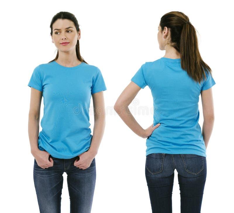 Brunettkvinna som bär tomt ljus - blå skjorta royaltyfri fotografi