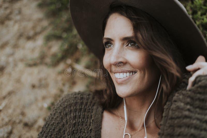 Brunettkvinna som lyssnar till musik royaltyfria bilder