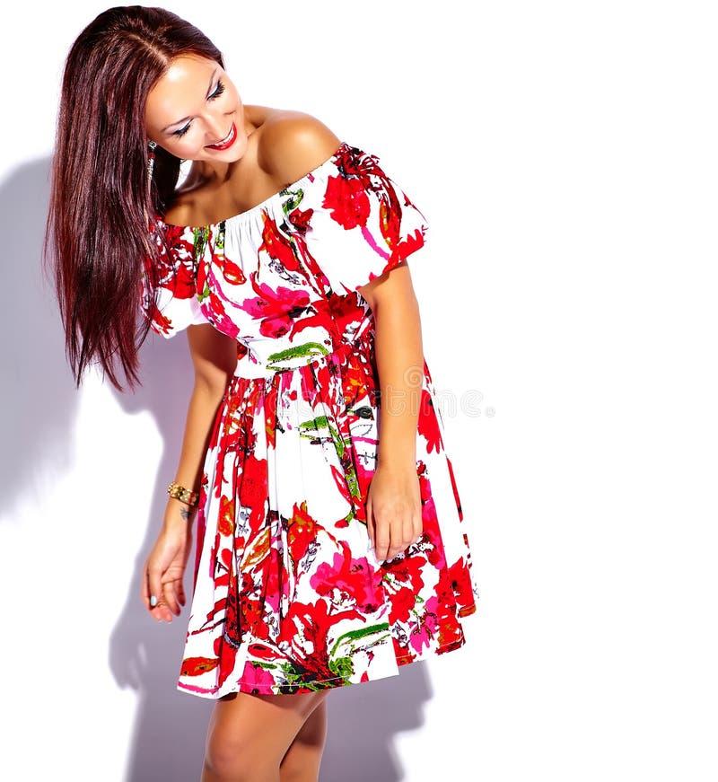 Brunettkvinnaflicka som går galen i röd klänning för färgrik ljus sommar fotografering för bildbyråer