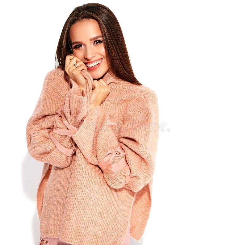 Brunettkvinnamodell i stilfull kläder som poserar i studio royaltyfri foto