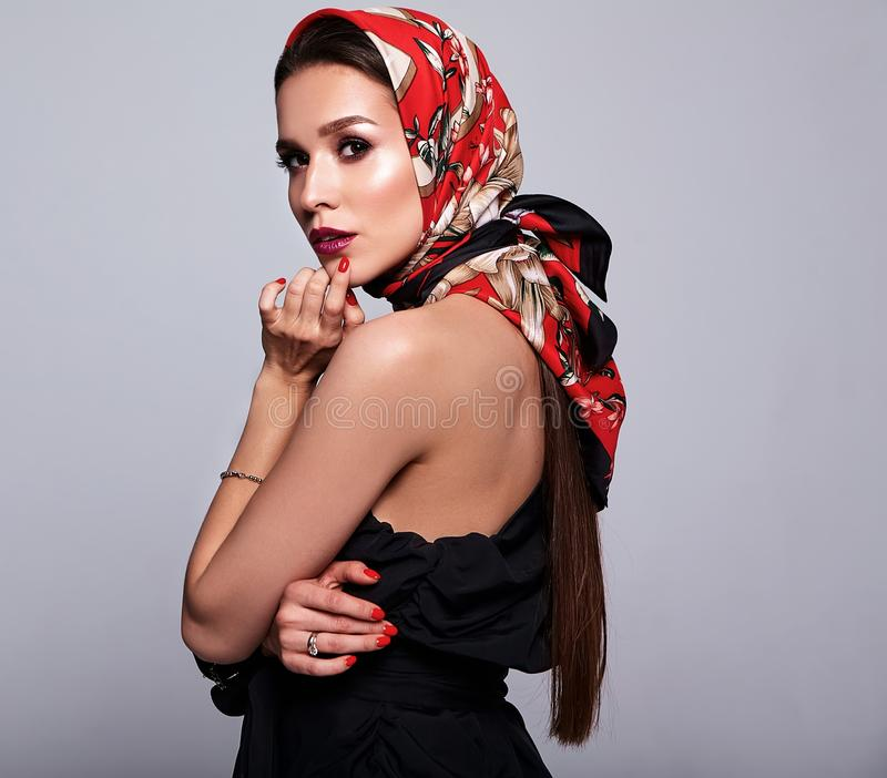 Brunettkvinnamodell i stilfull kläder som poserar i studio royaltyfria foton