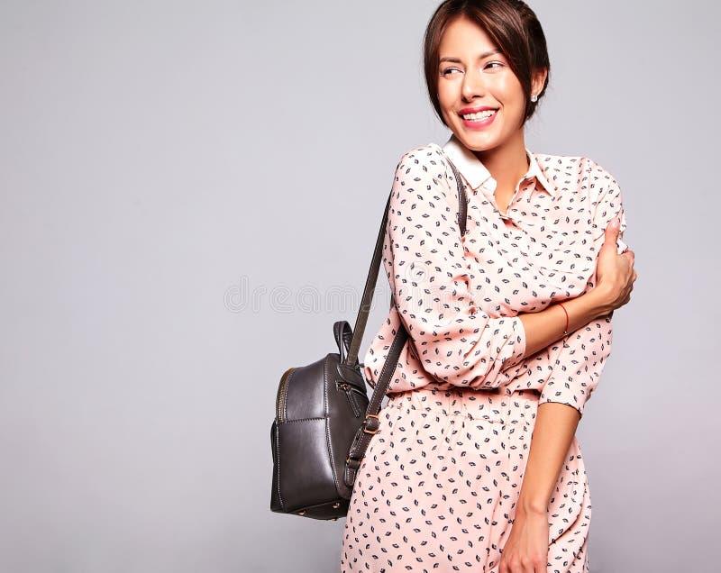 Brunettkvinnamodell i tillfällig sommarkläder med ingen makeup som isoleras på grå bakgrund med handback arkivbilder